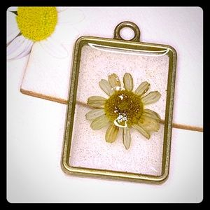 Jewelry - Handmade daisy pendant. Fresh Daisy in resin.
